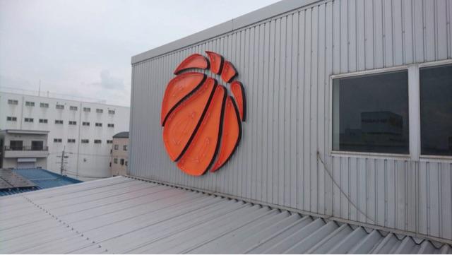 バスケット場の壁画にネオンを仕込んだスチール製のサイン